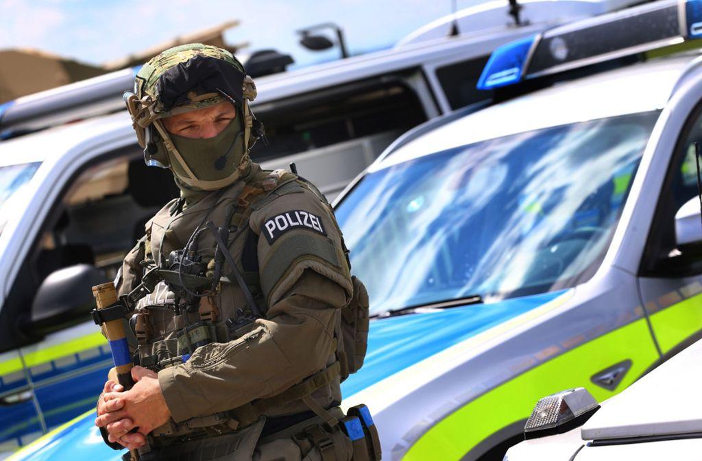 Ein Spezialeinsatzkommando befindet sich in Augsburg im Einsatz. (Symbolbild) Foto: dpa/Karl-Josef Hildenbrand