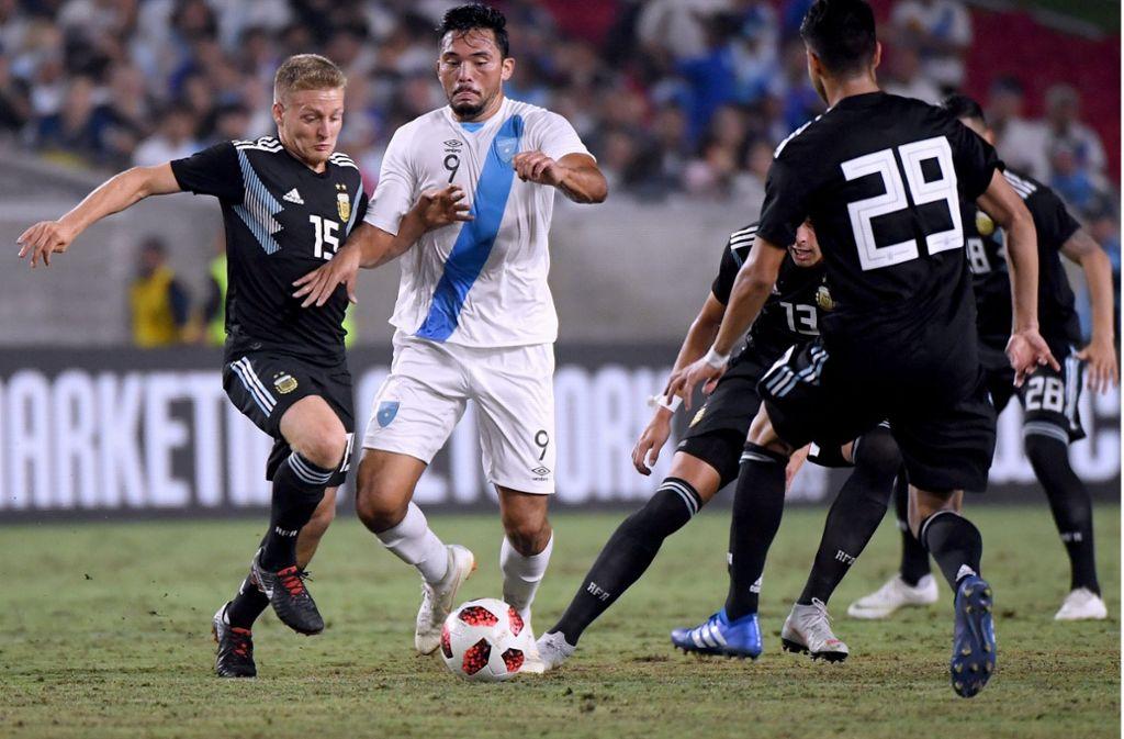 Santiago Ascacibar will den Ball von Guatemalas Wilber Perez erobern. Foto: Getty