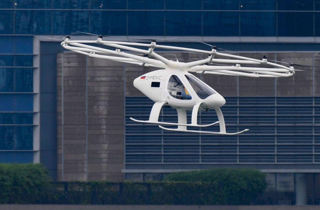 Der sogenannte Volocopter 2X sieht aus wie eine Mischung aus kleinem Hubschrauber und großer Drohne. Foto: AFP/ROSLAN RAHMAN