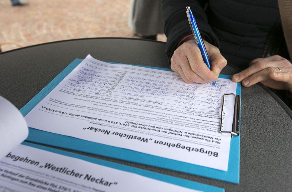 Menschen unterstützen zahlreich  das Bürgerbegehren gegen ein Hotel am Neckar. Foto: Horst Rudel