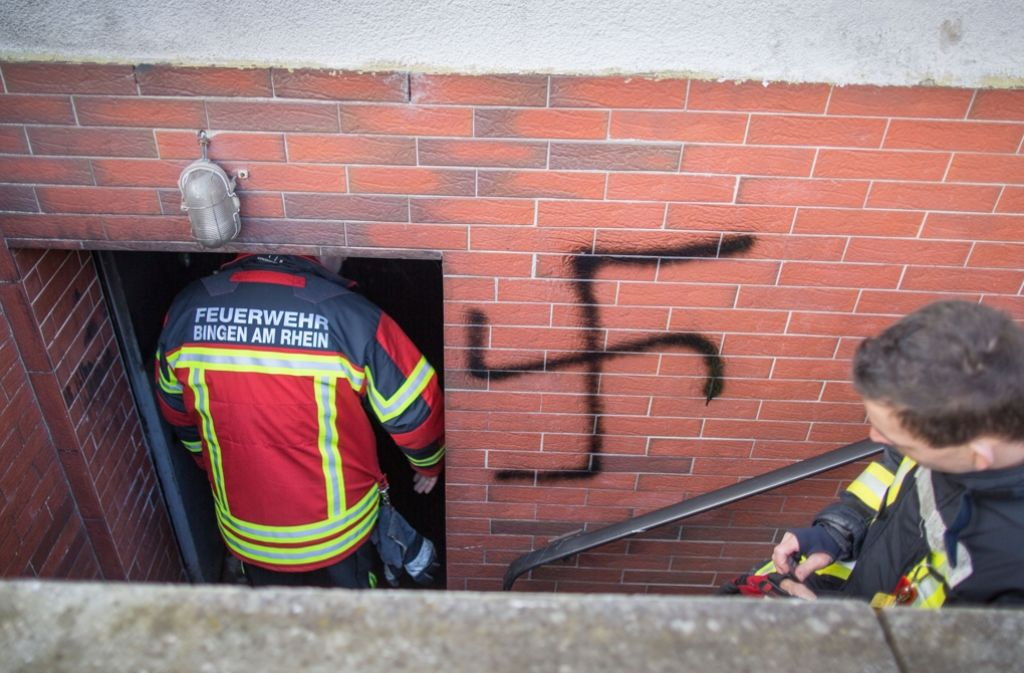 Die Feuerwehr hat in der Nacht zum Donnerstag den Brand in einem Mehrfamilienhaus in Bingen gelöscht. Nach dem Brand sind die ans Gebäude geschmierte Hakenkreuze entdeckt worden. Foto: dpa