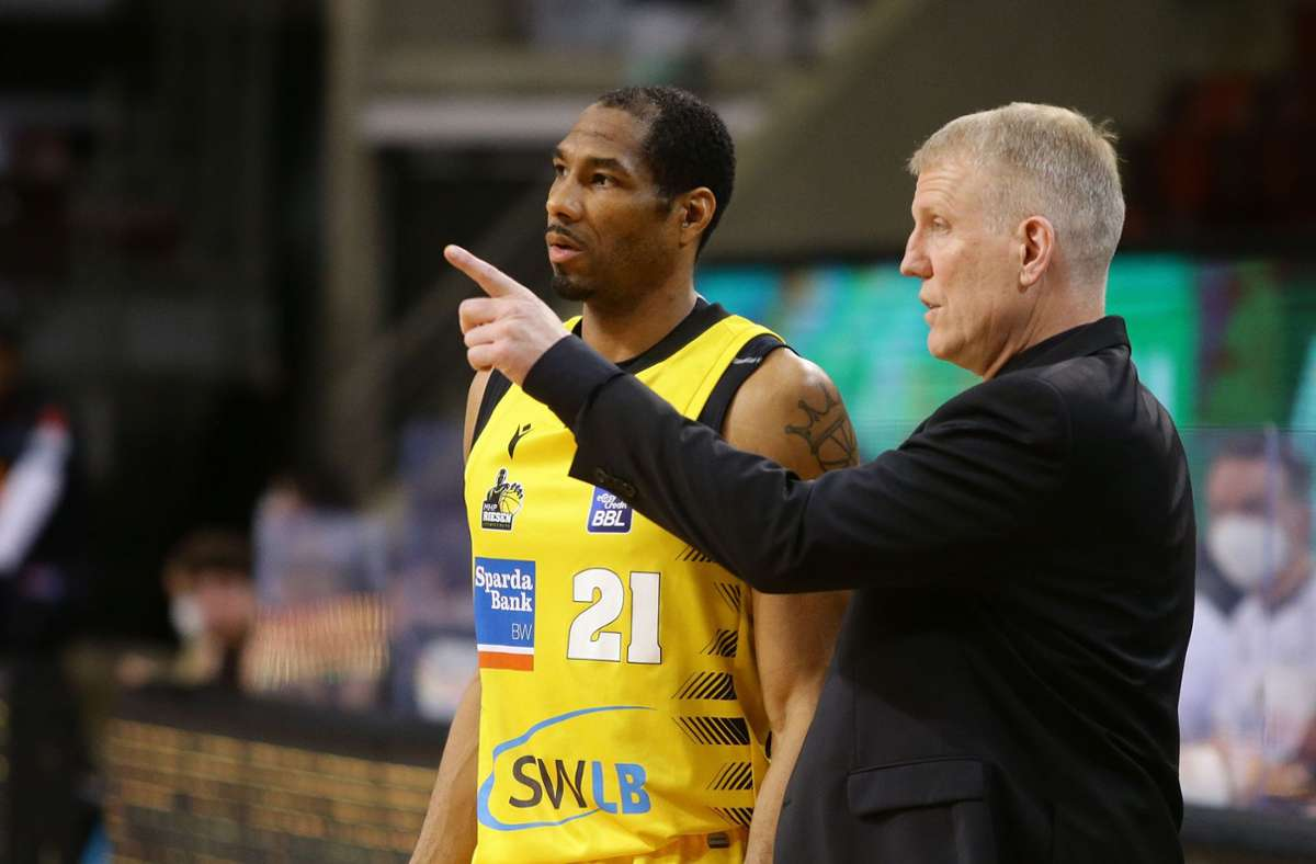 Coach John Patrick steht in Kontakt mit Tremmell Darden (li.). Foto: Baumann/Hansjürgen Britsch