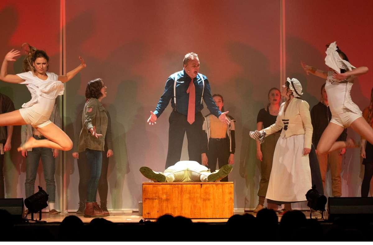 """Holger Gayer (Mitte) spielt in einer Doppelrolle den Immobilienmakler Grump und den  durchgeknallten Herzog Carl Eugen im Musical """"Hölder"""", das am 5. Oktober Stuttgart-Premiere im Theaterhaus feiert. Foto: /Manfred Schmidmeister"""
