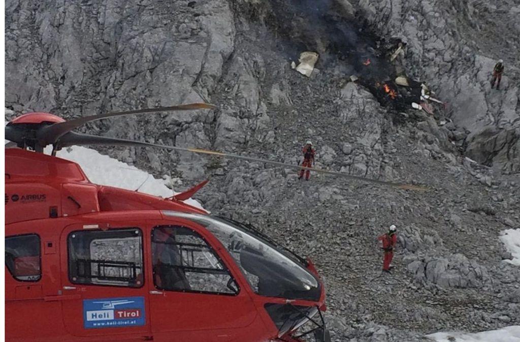 Den Einsatzkräften blieb nur noch, die Leichen und die Trümmer des komplett ausgebrannten Kleinflugzeugs zu bergen. Foto: dpa