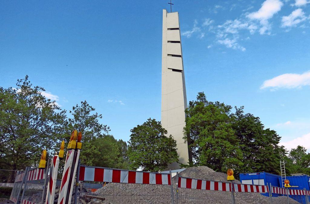 Der Kirchturm stammt aus den 1960er Jahren. Foto: Bernd Zeyer