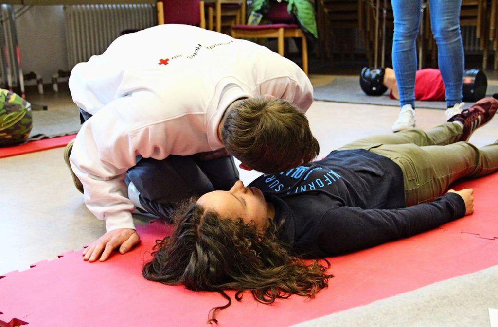 Atmet sie noch? Beim Erste-Hilfe-Kurs lernt man die wichtigsten Handgriffe für den Ernstfall. Und dieser kann jederzeit eintreten. Foto: Corinna Pehar