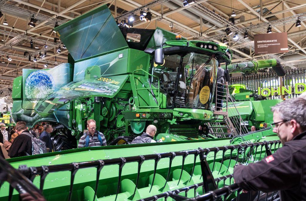 Besucher der Messe Agritechnica informieren sich über die neuestenLandmaschinen. Doch nicht jede technische Verbesserung bringt den Bauern auch Vorteile. Foto: dpa