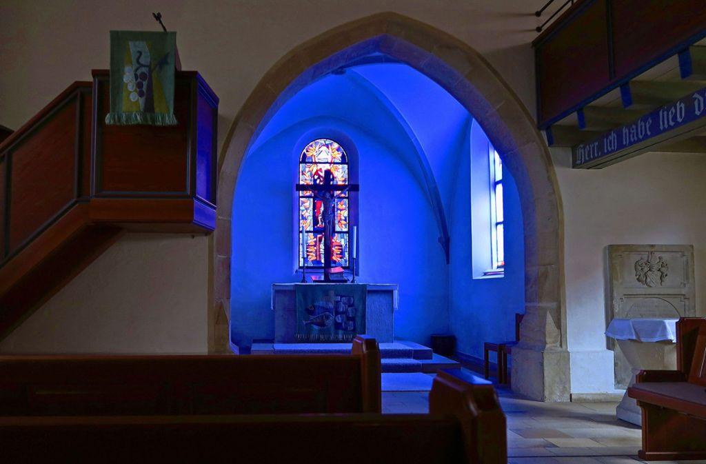Ein Fenster mit blauem Glas taucht die Kirche am Morgen in besonderes Licht. Foto: Malte Klein