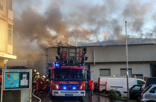 Brennendes Schrottfahrzeug richtet große Schaden an