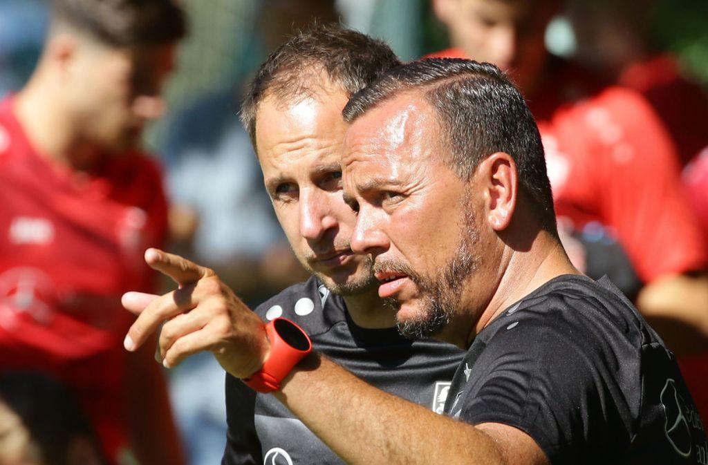 Enger Austausch beim VfB Stuttgart II: Cheftrainer Paco Vaz, Assistent Tobias Rathgeb. Foto: Baumann
