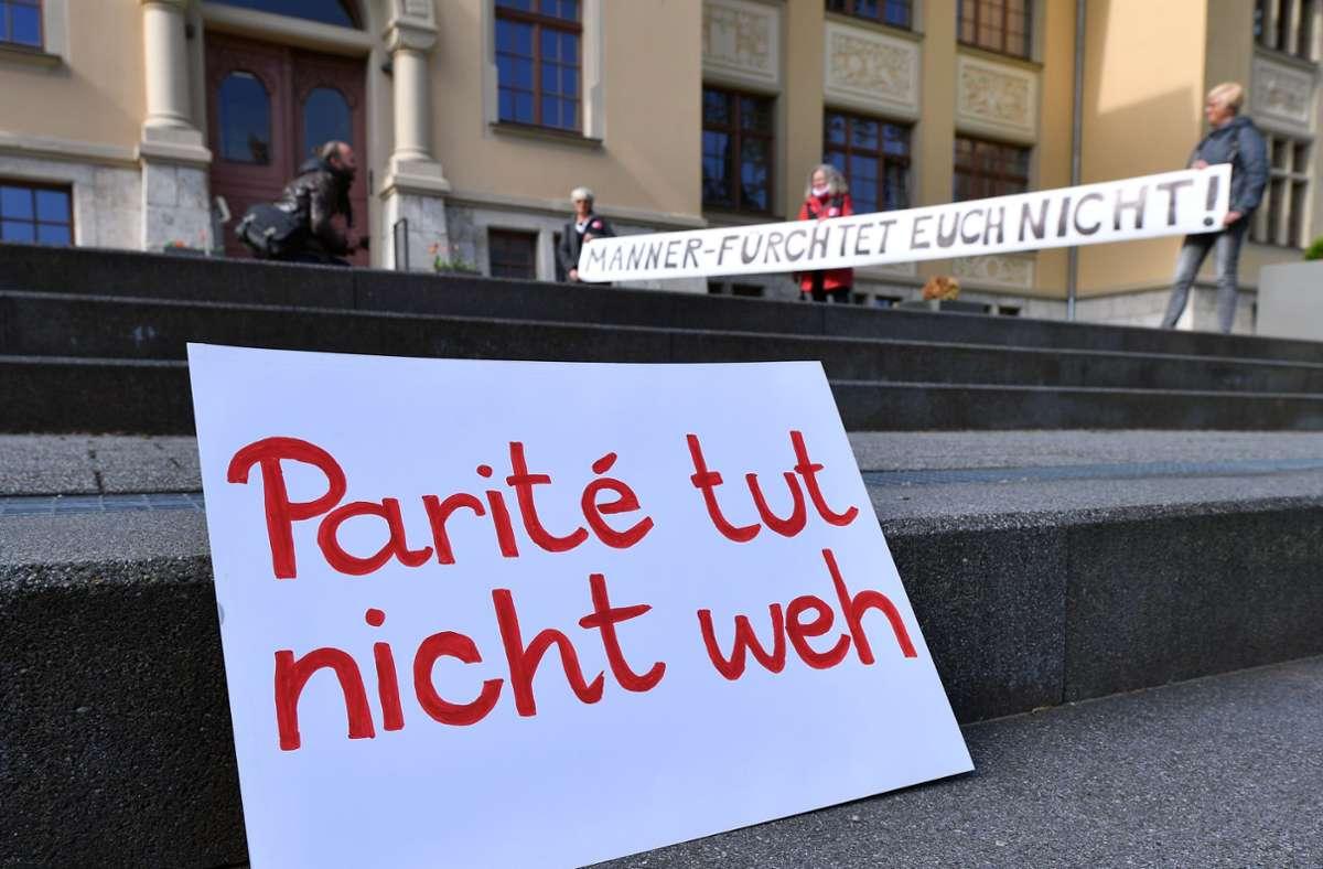 Eine Aktion des Landesfrauenrats Thüringen vor Verhandlungsbeginn im Thüringer Verfassungsgerichtshof statt (Archivbild) Foto: Martin Schutt/dpa-Zentralbild/dp/Martin Schutt