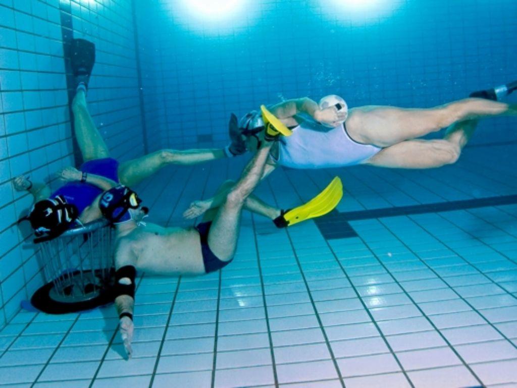 Unter Wasser wird mit harten Bandagen gekämpft: Etwa 70 Mitglieder des Tauchclubs Stuttgart spielen Unterwasserrugby. Foto: z