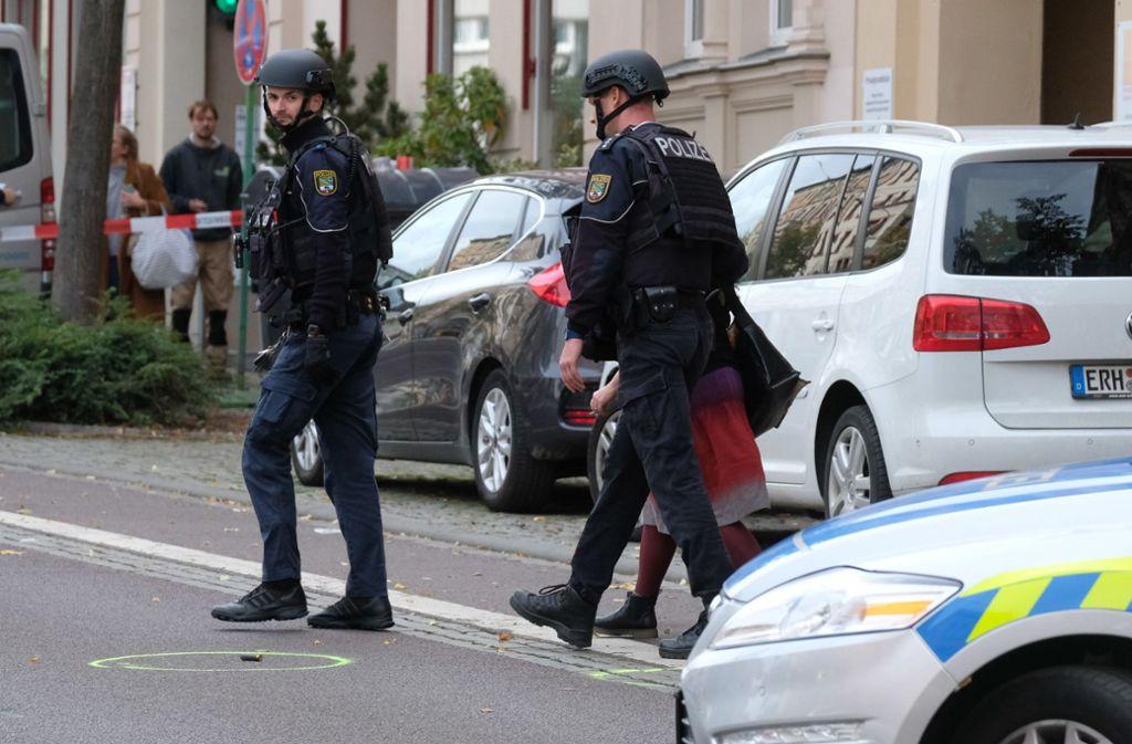 Die Polizei sperrte den Tatort in Halle/Saale weiträumig ab. Foto: dpa/Sebastian Willnow