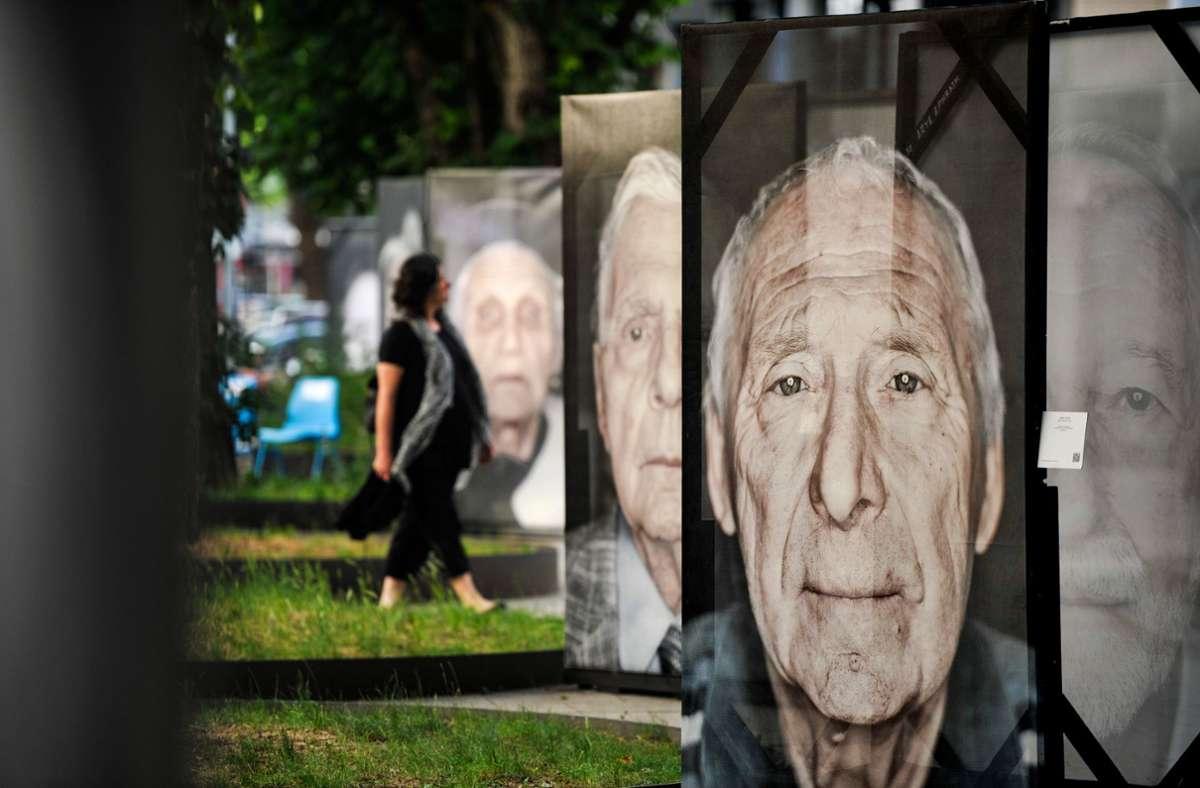 Porträts des Fotografen Luigi Toscano von Holocaust-Überlebenden stehen vor der Hospitalkirche. Foto: Lichtgut/Max Kovalenko