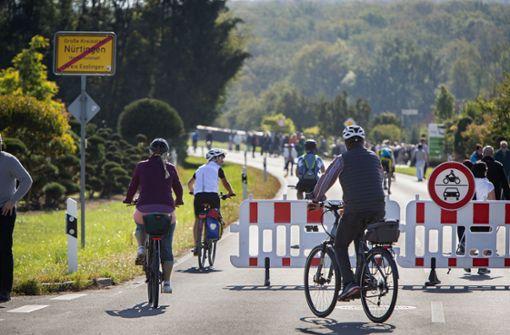Menschen genießen autofreien Tag im Nürtinger Tiefenbachtal