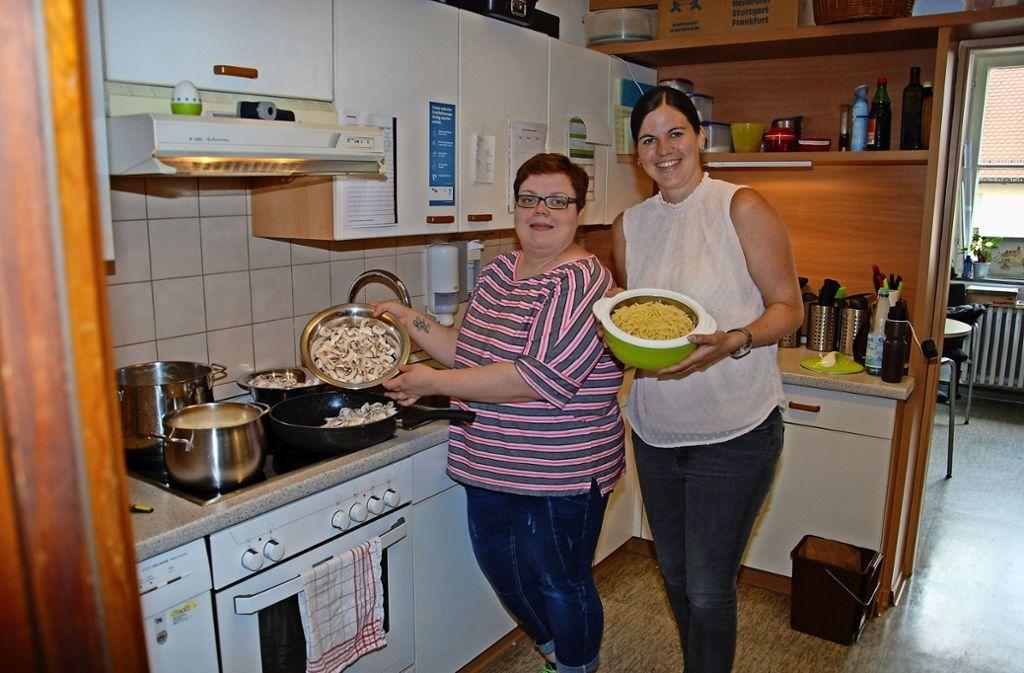 Köchin Kerstin Riedl (links) und Vereinsvorsitzende Bettina Stumpf in der Mini-Küche der Kapellenzwerge. Foto: