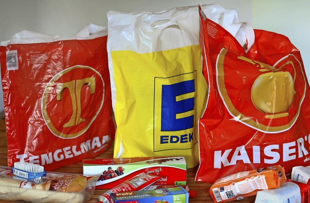 Die Fusion des Branchenprimus Edeka mit dem deutlich kleineren Rivalen Tengelmann ist umstritten. Die OLG-Entscheidung wird wahrscheinlich nicht das letzte Wort sein. Foto: dpa