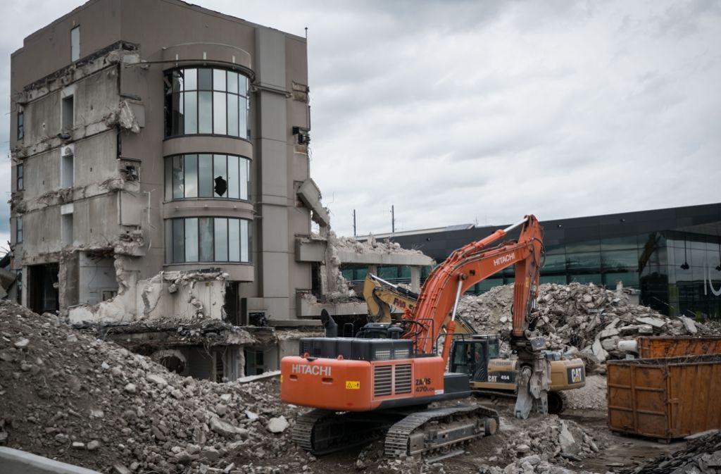 Das frühere Flughafen-Verwaltungsgebäude ist bald Geschichte. An dessen Standort solle ein Hotel entstehen. Foto: Lichtgut/Achim Zweygarth