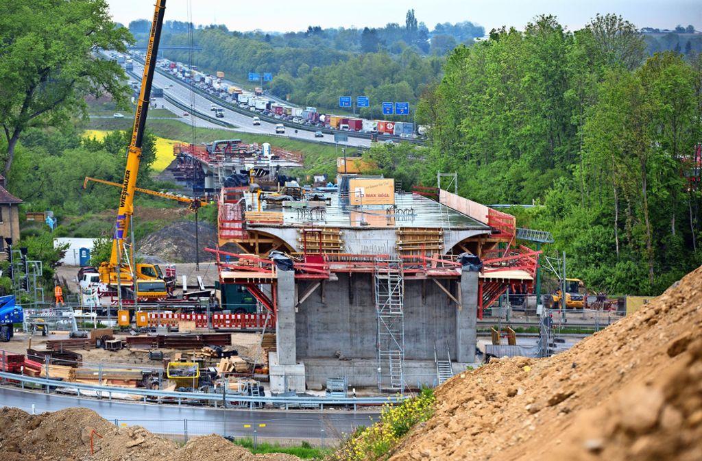 Zwischen der Brücke über den Neckar (hinten) und der über die Gleise der Neckartalbahn soll ein Gleis abzweigen. Dafür entsteht eine zusätzliche Brücke. Foto: Horst Rudel