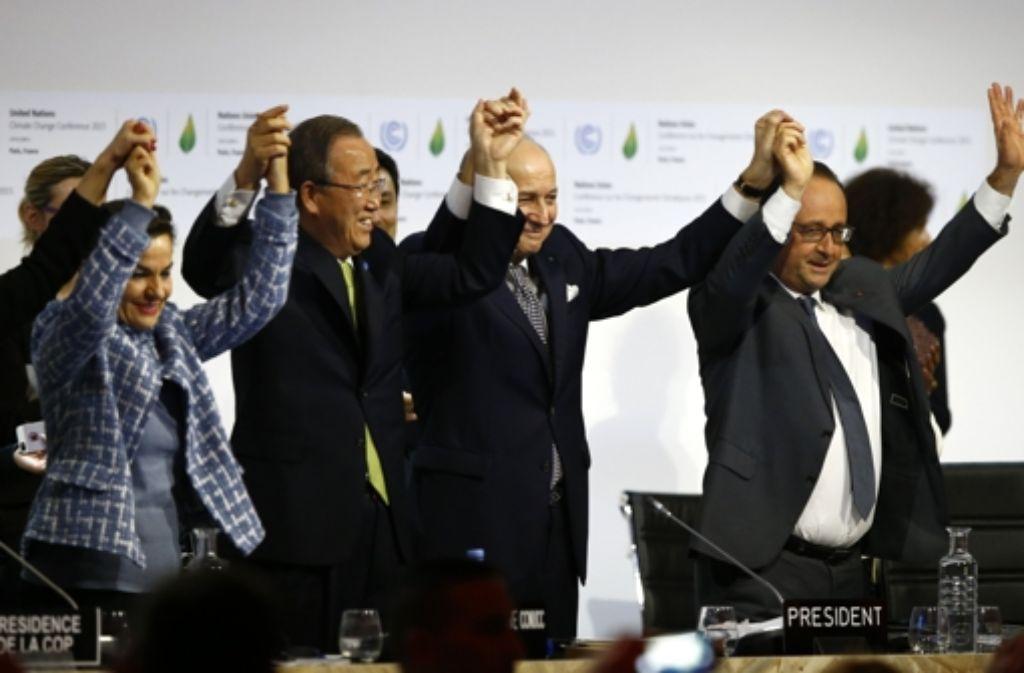 Frankreichs Präsident Francois Hollande (re.), der Leiter der Klimakonferenz,  Laurent Fabius (2. v. re.),  Christiana Figueres (li.) und UN-Generalsekretär Ban Ki-Moon (2. v. li.)  freuen sich über die Einigung. Foto: AP