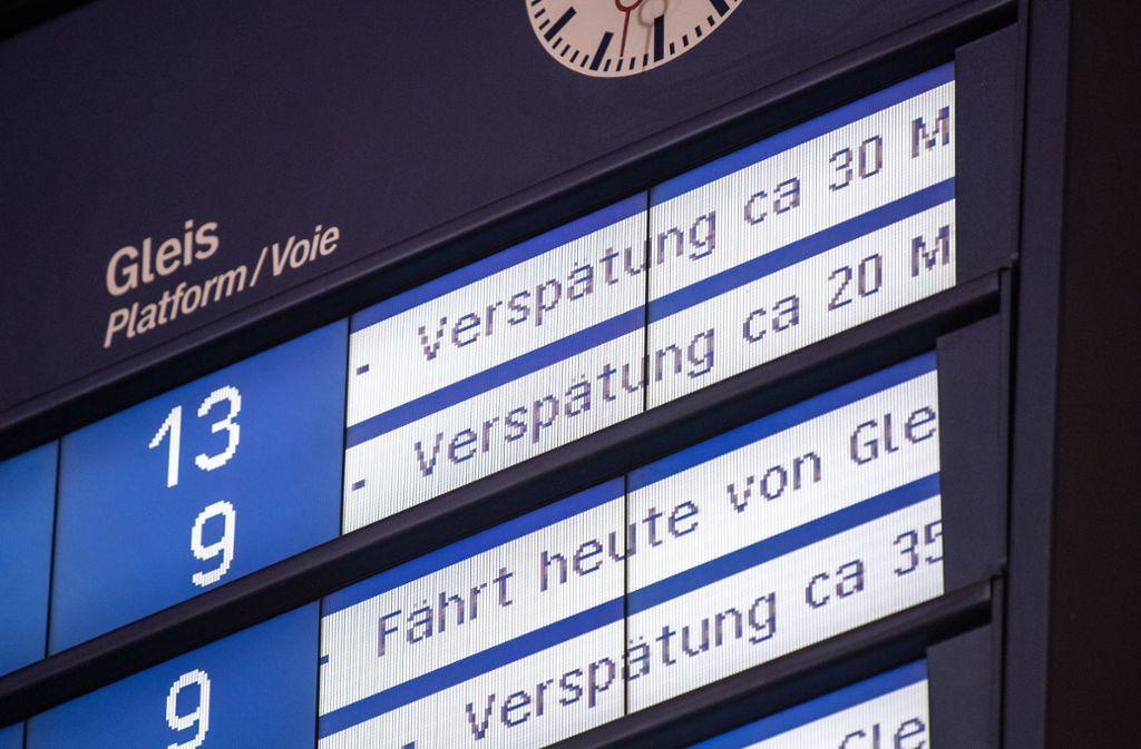 Verspätete Züge sind ärgerlich für Reisende. Foto: dpa-tmn/Fabian Sommer