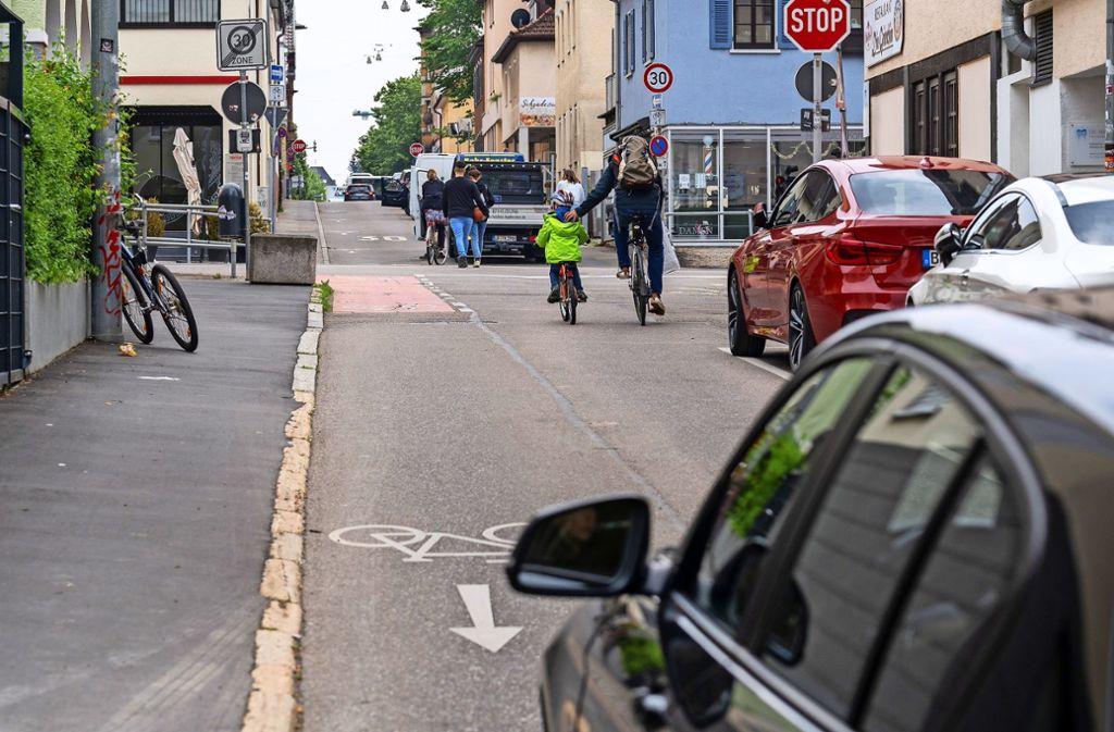 Vorrang für Radler: In der Seestraße werden 14 Parkplätze gestrichen, damit  Schüler, die auf Drahteseln zur Schule kommen, mehr Platz haben. Foto: factum/Jürgen Bach