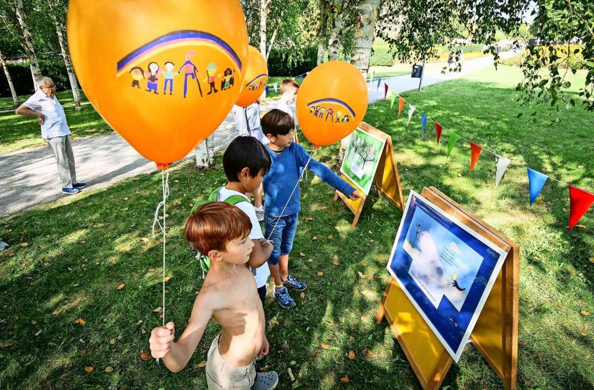 Die Kinder freuen sich  an den bunten Luftballons  beim  gemeinsamen Ballonstart am Wochenende. Manche Eltern kritisierten die Aktion. Foto: factum/Simon Granville