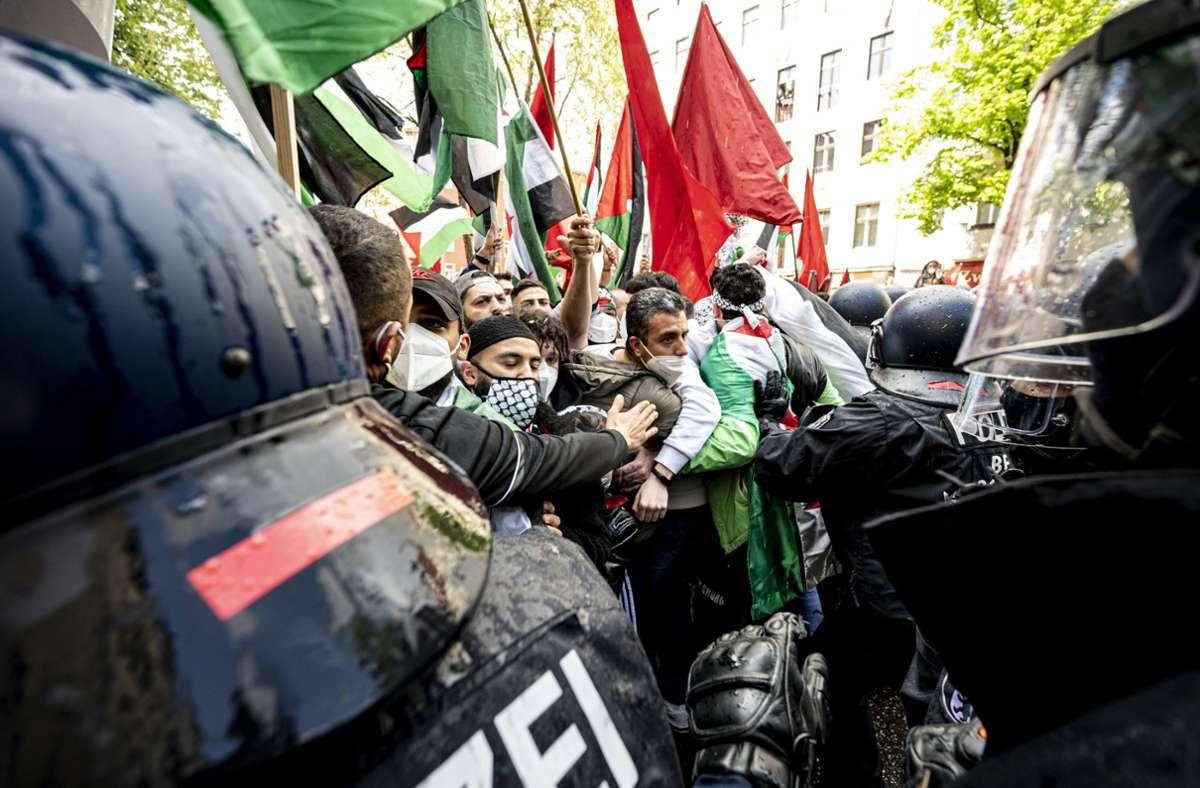 Die Polizei drängt Teilnehmer der Demonstration verschiedener palästinensischer Gruppen in Neukölln ab. Foto: dpa/Fabian Sommer