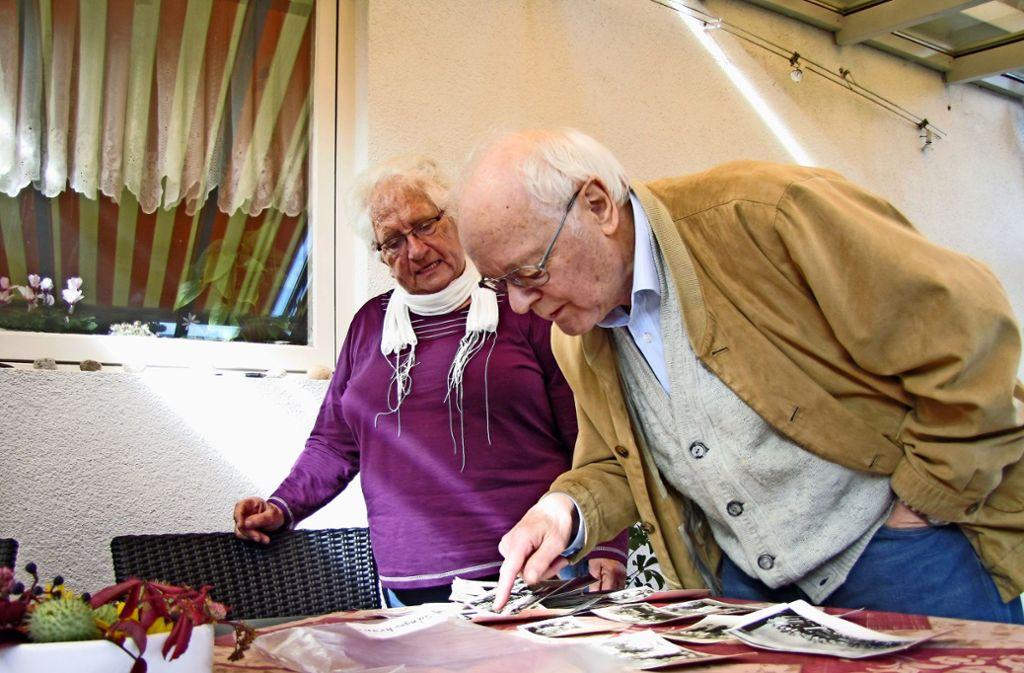 Beim 160-jährigen Bestehen 2015 haben Renate Dongus und Herbert Stauch noch gefeiert – und Fotos aus längst vergangenen Tagen  angeschaut. Foto: Archiv Eveline Blohmer
