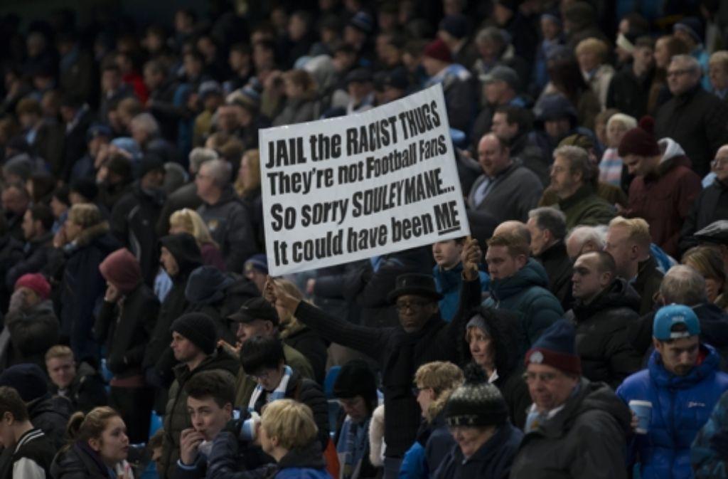 Ein Fan reagiert auf den rassistischen Übergriff von Chelsea-Anhänger in Paris Foto: AP