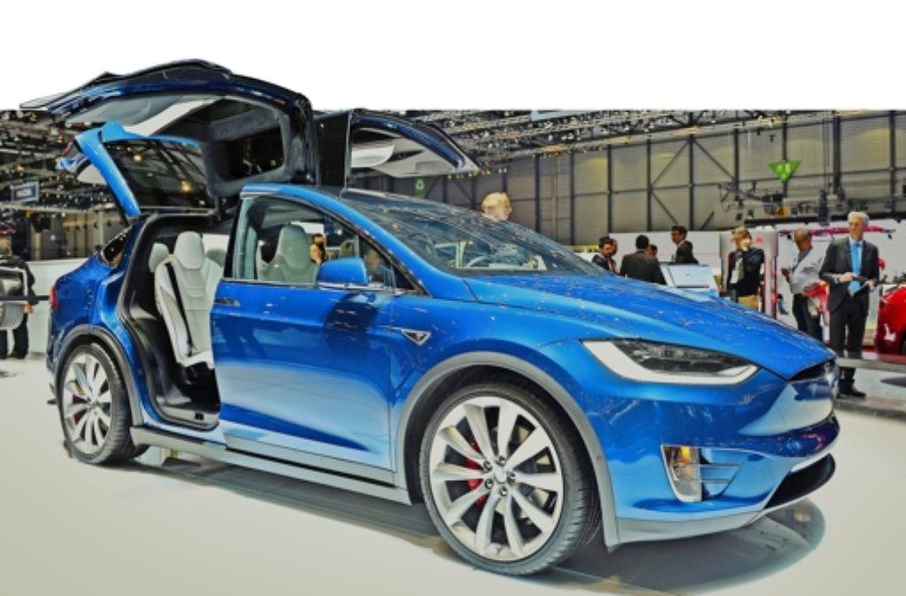 Ein extravaganter  Geländewagen mit Elektromotor – der Tesla Model X zieht in Genf die Besucher an.. Foto: