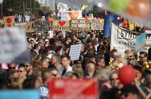 Zehntausende gehen mit bunten Plakaten gegen Rassismus auf die Straße