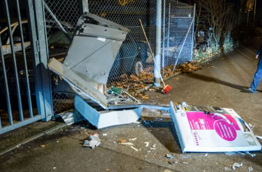 Pizzaboten überfallen und Automaten gesprengt
