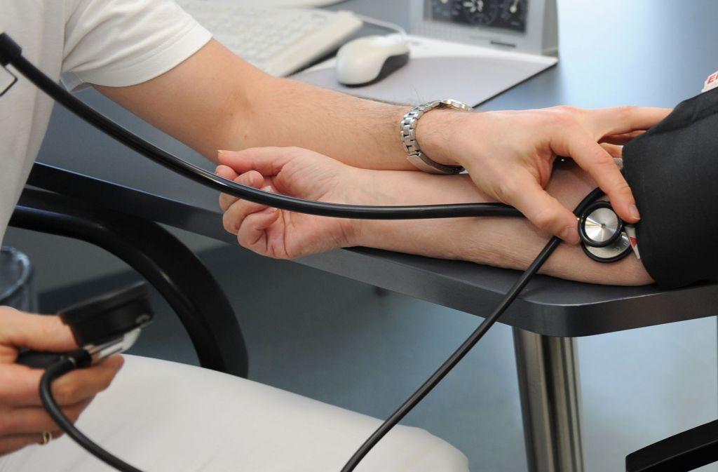 Experten raten Patienten, sich auf Arztbesuche genau vorzubereiten: Fragen sollten aufgeschrieben werden, die Medikamente aufgelistet und auch Gesundheitspässe und Befunde anderer Ärzte sollten mitgebracht werden. Beim Arzt ist es wichtig, dass alle Fragen abgearbeitet werden. Hat man etwas nicht verstanden, sollte man nachhaken. Foto: dpa