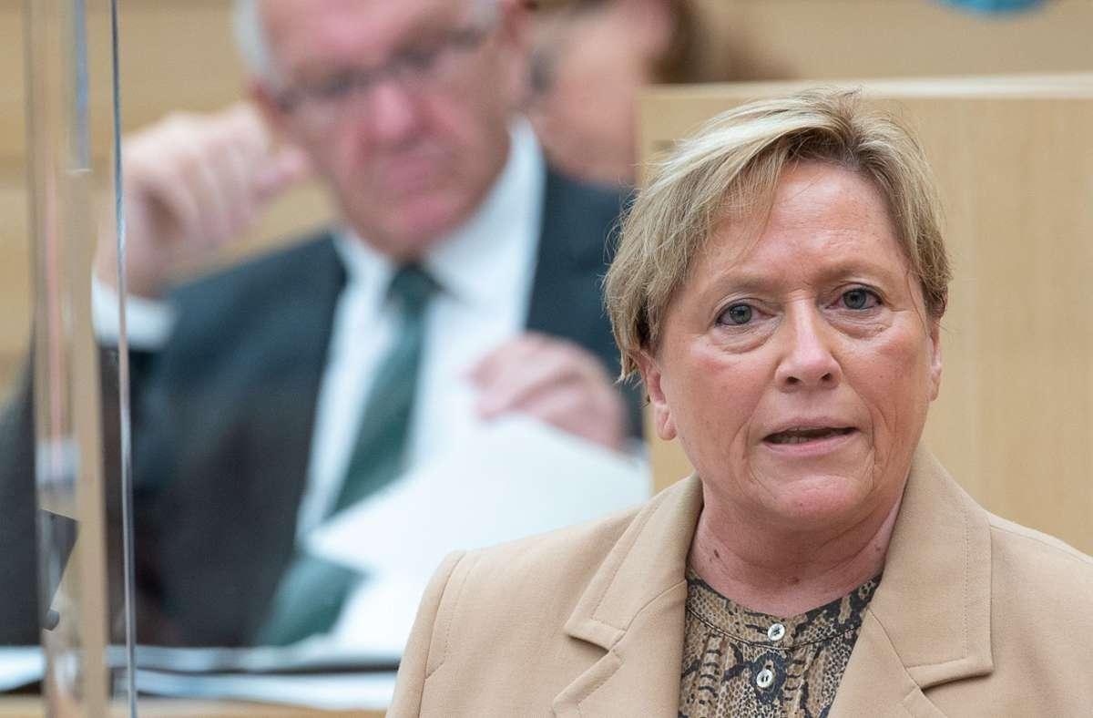 Sie sind sich nicht in allen Punkten einig: Kultusministerin Susanne Eisenmann (CDU) und Ministerpräsident Winfried Kretschmann (Grüne) Foto: dpa/Sebastian Gollnow