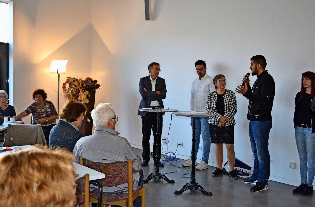 Sozialbürgermeister Werner Wölfle (stehend l.) und Margitta Zöllner  von der Caritas  diskutieren mit Jugendlichen. Foto: Caritasverband
