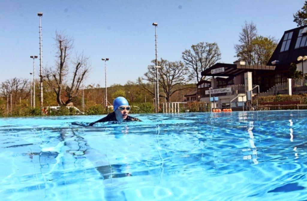 Mitglieder des MTV Stuttgart können im Freibad des Vereins in Botnang schon die ersten Bahnen ziehen. Für die Allgemeinheit öffnet das Bad am 1. Mai seine Pforten. Foto: Braun