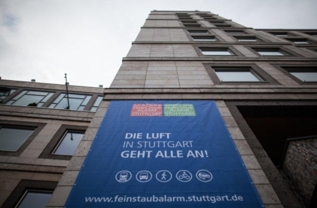 Die Luft in Stuttgart geht alle an - Plakat am Rathaus Foto: dpa