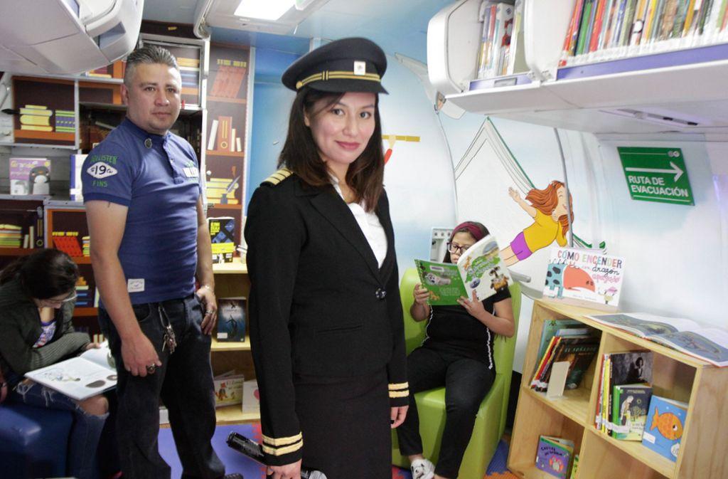 Die Bibliothekarin führt als Stewardess gekleidet durch das umgebaute Flugzeug. Foto: dpa/Romina Solis