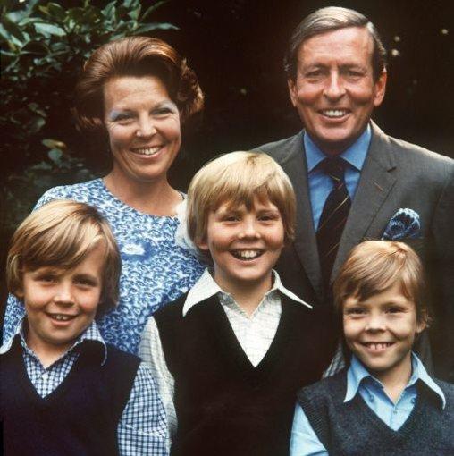 Bis zu Beatrix Krönung 1980 lebt Willem-Alexander mit seinen Eltern und seinen Brüdern Johan Friso (links) und Constantijn im Landschlösschen Drakensteyn. Nachdem Beatrix Königin ist, muss die Familie nach Den Haag umziehen. Willem-Alexander ist ein rebellischer Teenager - so widerborstig offenbar, dass seine Eltern ihn in ein Internat in Wales schicken, damit der junge Prinz Manieren lernt. Foto: dpa