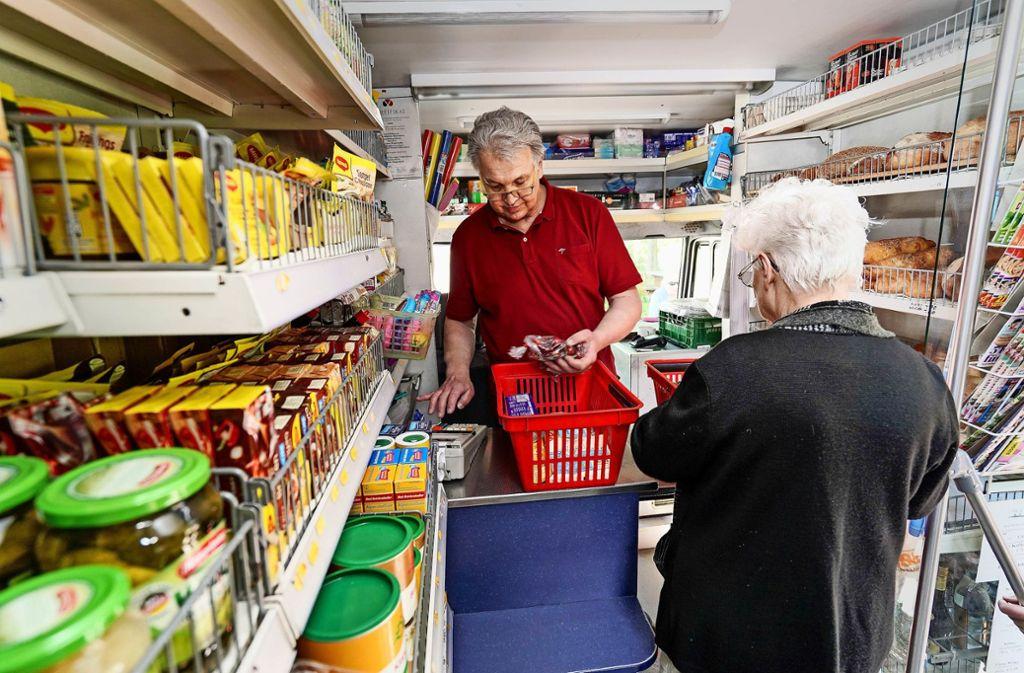 Auf zehn Quadratmetern verkauft Armin Deisl alles, was seine Kunden täglich so brauchen. 2500 Produkte umfasst sein Sortiment. Einen kleinen Schwatz gibt es gratis dazu. Foto: factum/