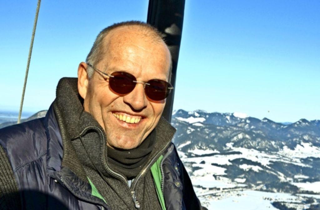 Albrecht Munz ganz in seinem Element: in Luftiger Höhe über den Bergen. Foto: privat