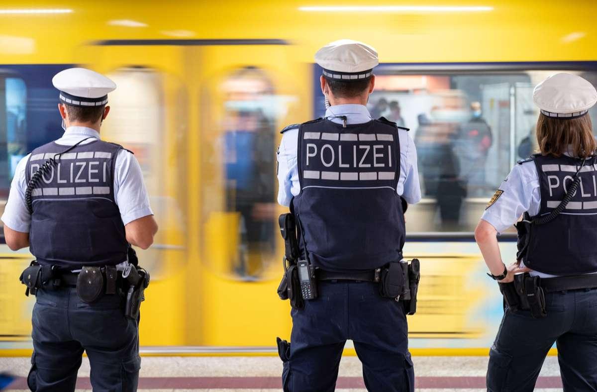 Die Polizei kontrolliert am Montag die Einhaltung der Maskenpflicht in Stuttgart. Foto: dpa/Sebastian Gollnow