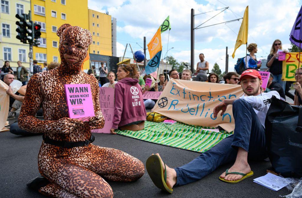 """Klimaaktivisten der Bewegung """"Extinction Rebellion"""" blockierten in Berlin nach einer Pressekonferenz die Warschauer Straße. Der Verfassungsschutz bewertet die Klima-Gruppierung als nicht extremistisch. Foto: dpa/Christophe Gateau"""