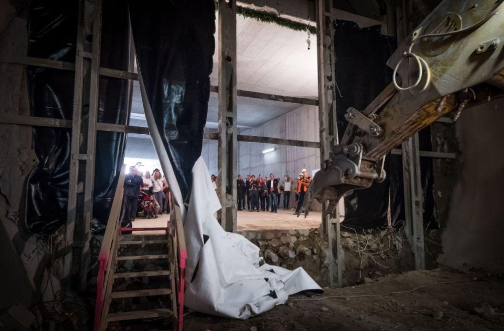 Mit einem Bagger ist am Freitag der Durchstich beim Rosensteintunnel vollzogen worden. Foto: Lichtgut/Achim Zweygarth