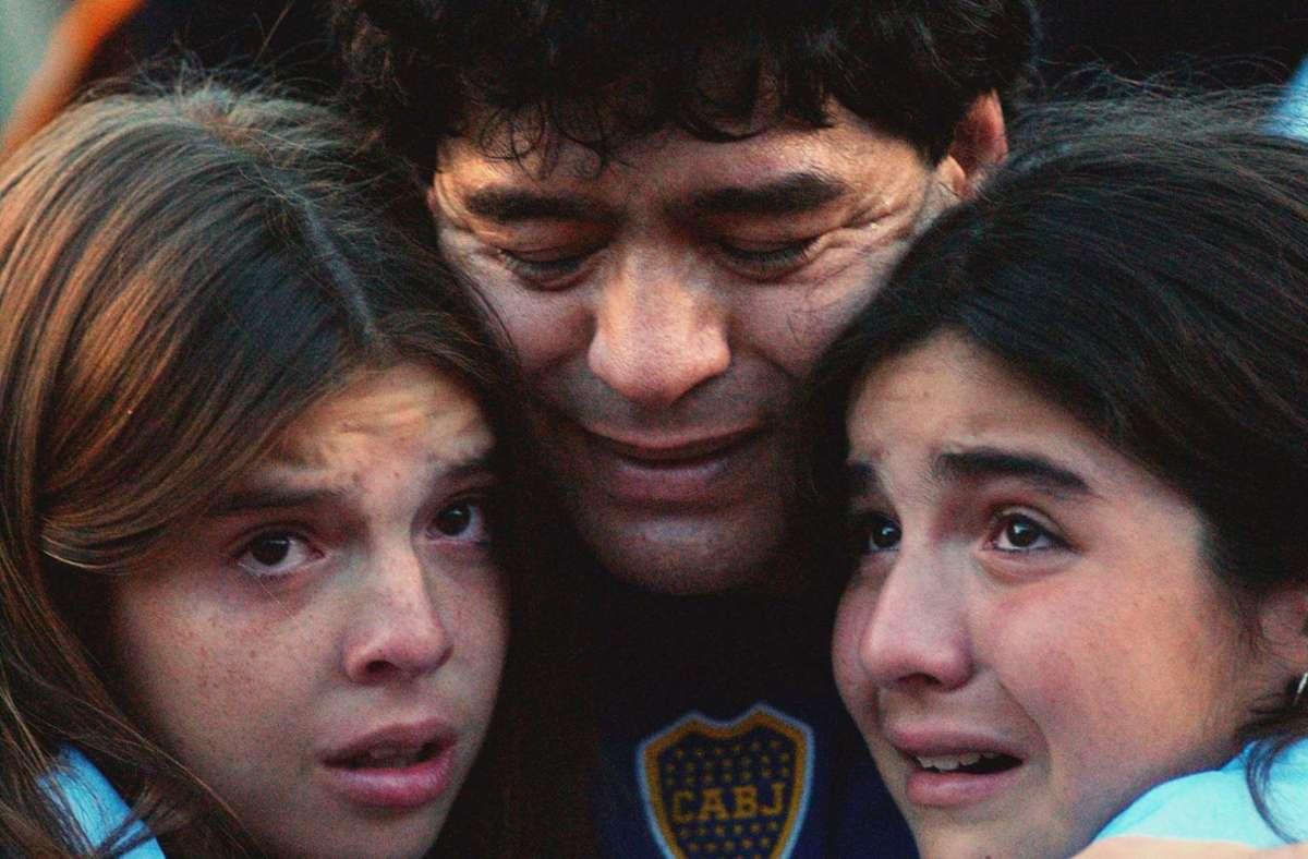 Diego Maradona mit seinen Töchtern Dalma (links) und Giannina (rechts). (Archivbild). Foto: dpa/Claudio Fanchi