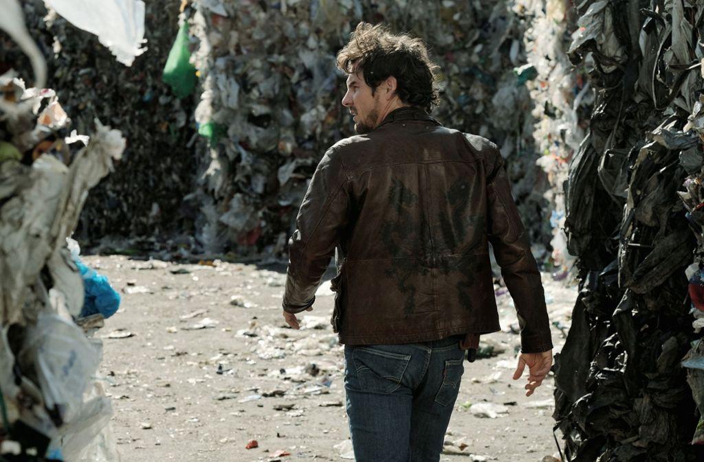 Im Müll: Am Schluss kann Bootz (Felix Klare) gerade noch einen weiteren Mord verhindern. Foto: SWR/Benoît Lindner