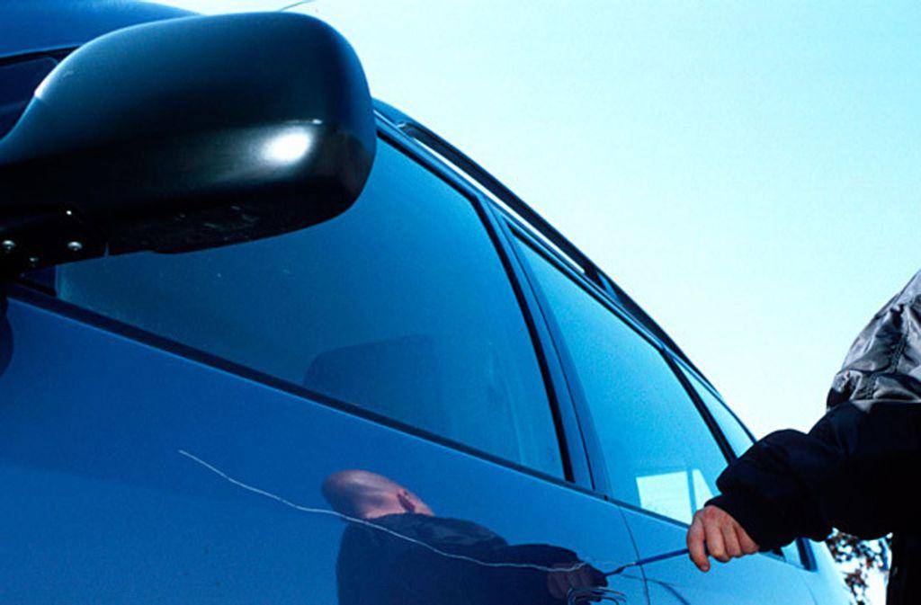 Ein 40-Jähriger hat mutmaßlich das Auto eines Mannes zerkratzt, weil dieser ihm kein Geld gegeben hat. Foto: dpa