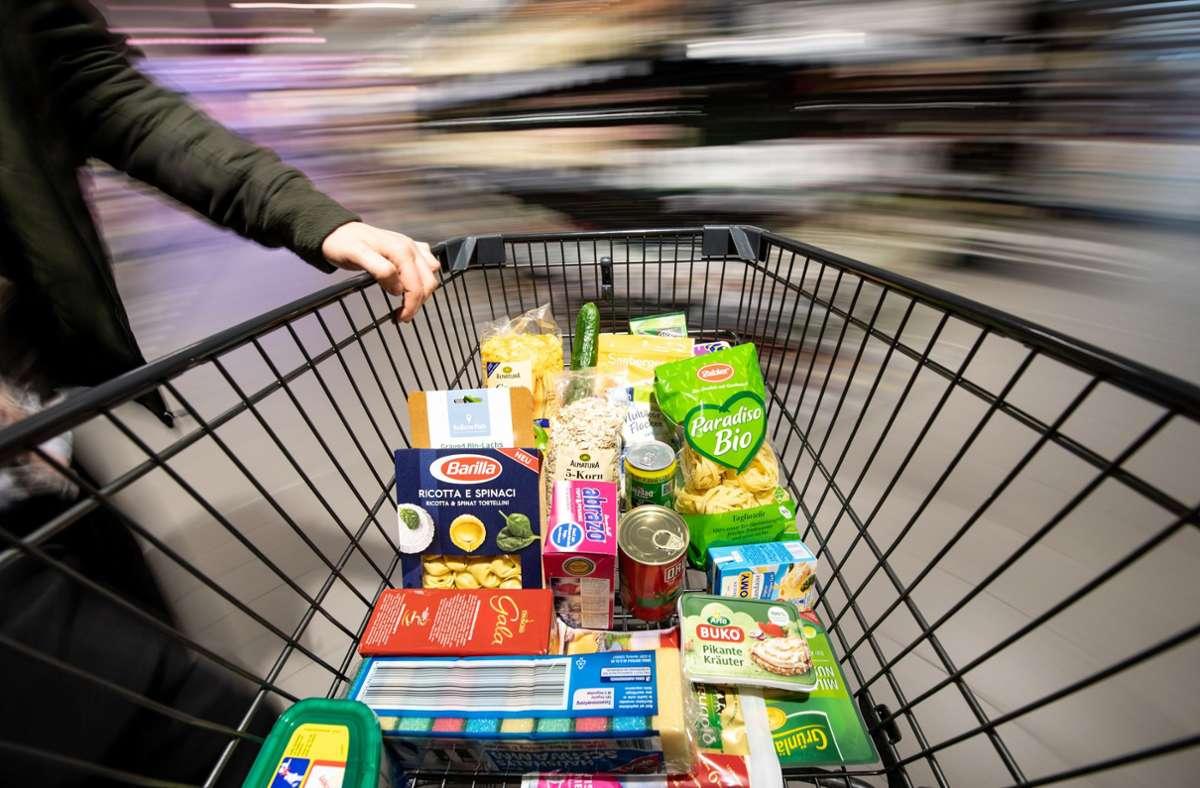 """In Deutschland überbieten sich Supermärkte mit """"Preisknüllern"""". Foto: dpa/Fabian Sommer"""