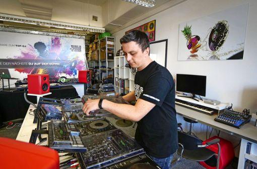 DJ bringt  Kindern das Auflegen bei